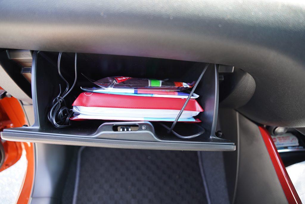 スズキ スイフトスポーツ ZC33S オレンジ ドライブレコーダー取り付け(グローブボックス内の配線収納)