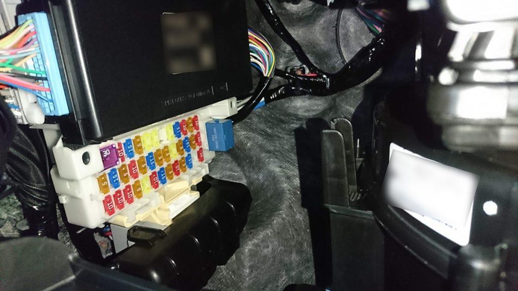 スズキ スイフトスポーツ ZC33S オレンジ ドライブレコーダー取り付け(室内ヒューズボックス確認)