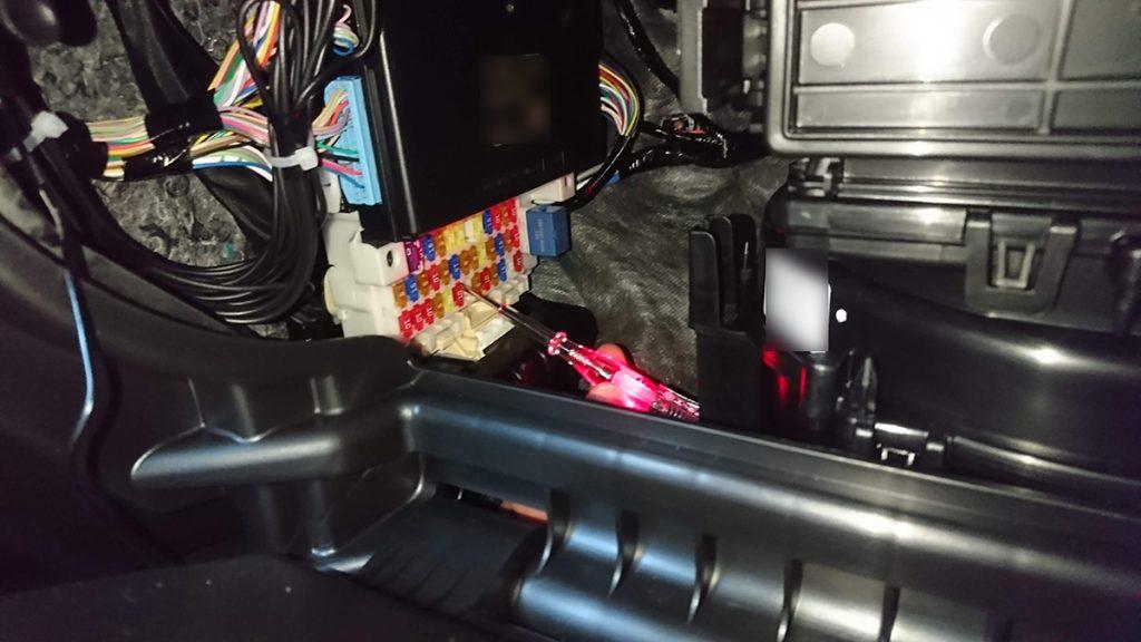 スズキ スイフトスポーツ ZC33S オレンジ ドライブレコーダー取り付け(検電テスターでプラス極の確認)