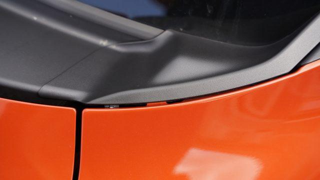 スイフトスポーツZC33Sのカウルトップサイドガーニッシュのすき間(右側)
