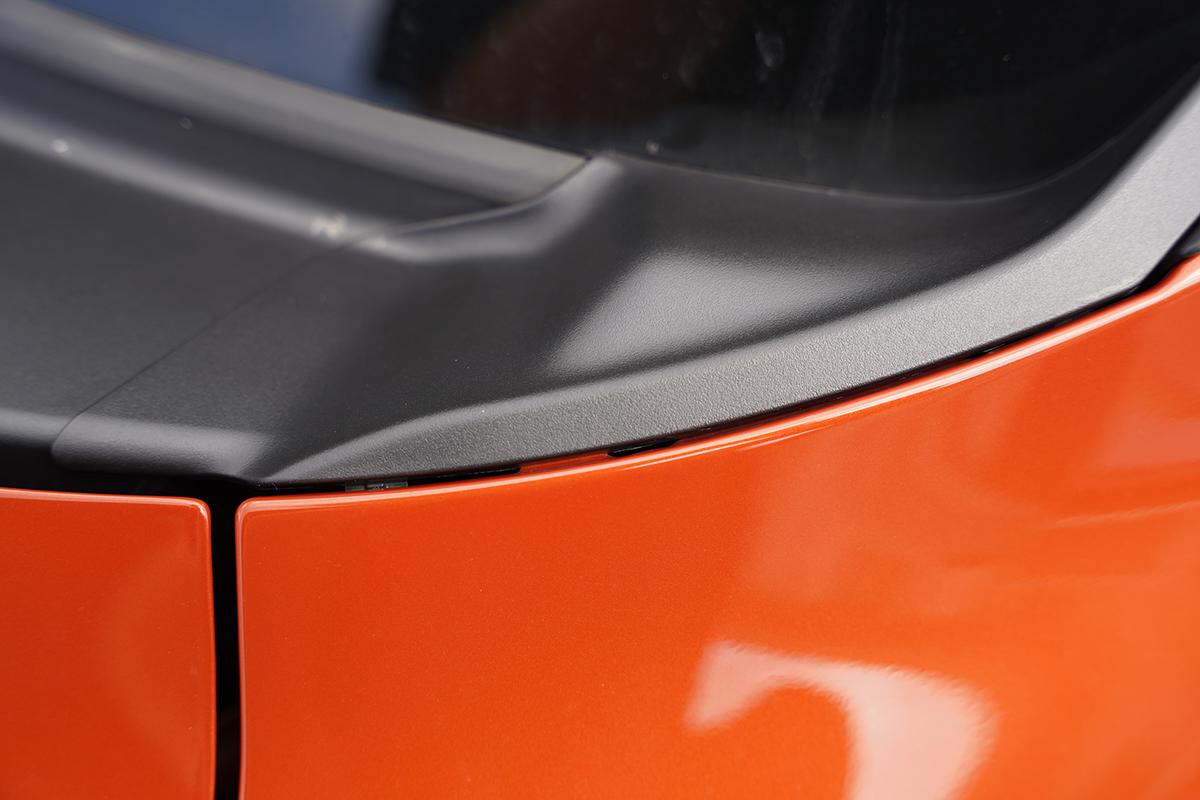 スイフトスポーツZC33Sのカウルトップサイドガーニッシュのすき間(右側)を手で動かす