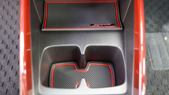スイフトスポーツの内装にゴムマット追加(小物置き&カップホルダー)