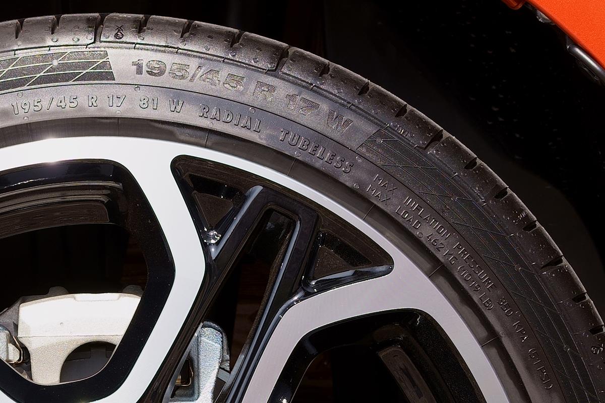 スズキ スイフトスポーツ ZC33S 純正装着タイヤContinental ContactSport5 195/45R17
