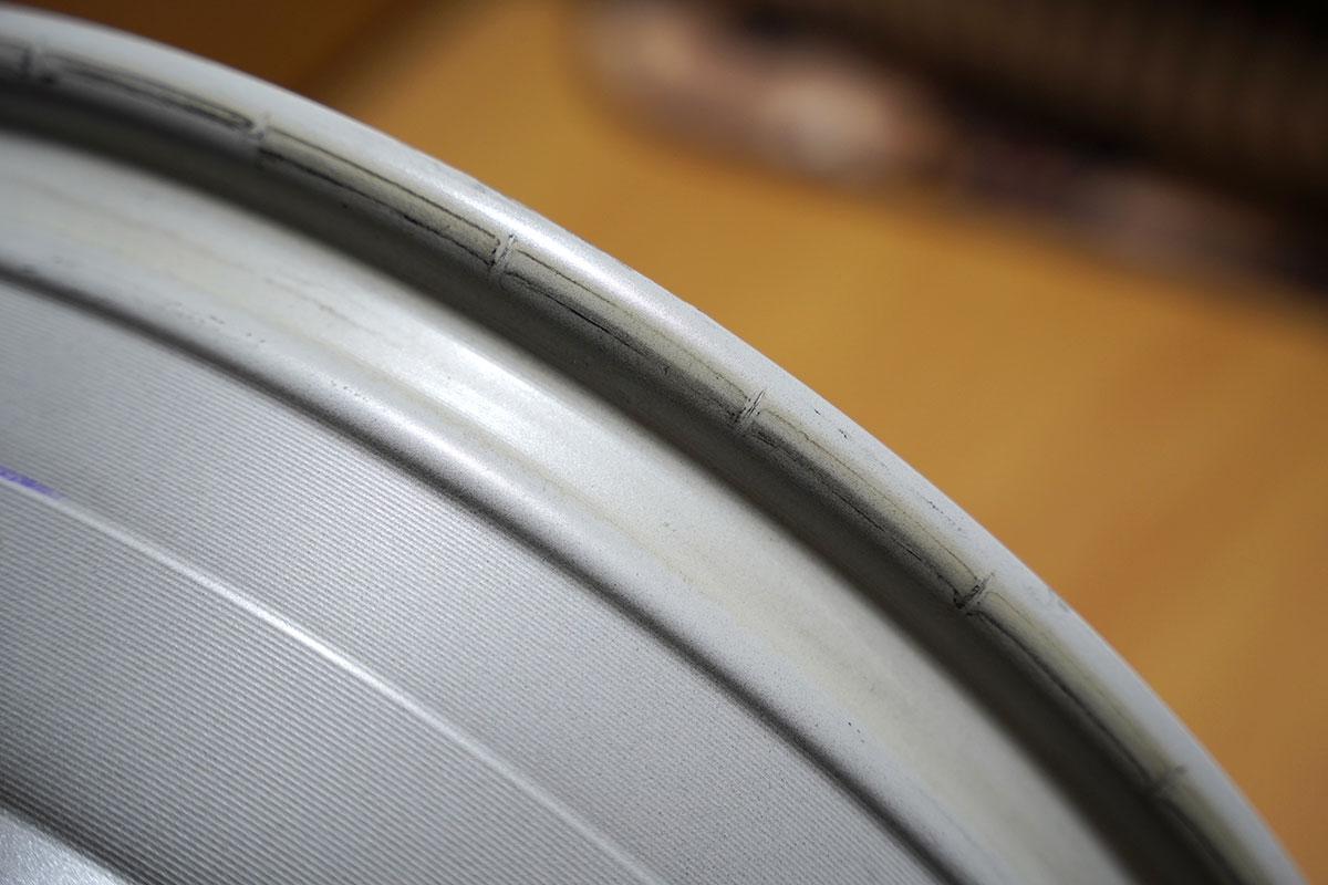 スイフトスポーツZC33S純正装着ホイール(一定の間隔で引っ掻きキズ)